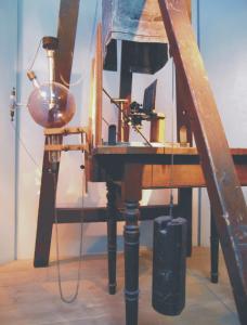 Aparatura, zapomocą którejWalter Friedrich iPaul Knipping uzyskali obrazy dyfrakcyjne poprzepuszczeniu promieni Röntgena przezkryształy (Muzeum Niemieckie, Monachium)